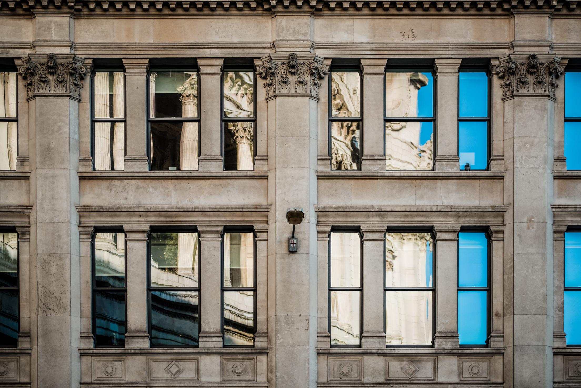 La cathédrale de Londres en reflets dans des fenêtres