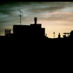 Portrait d'une famille sur les toits.