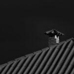 Une cheminée qui surveille des tuiles
